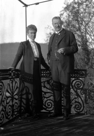 Das Fürstenpaar auf dem Balkon des Hauptgebäudes