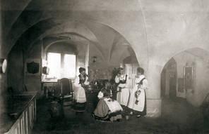 Frauen bei der Arbeit in der Hofküche