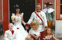 Hochzeitspaar in Kostümen, Franz und Sissi, Kinder werfen Blumenblüten