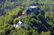 Das Gelände des Schlosses vom Tripstein aus