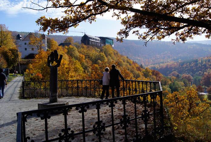 Aussichtsplattform in der Schlossstraße mit Blick auf das Schloss und das Schwarzatal